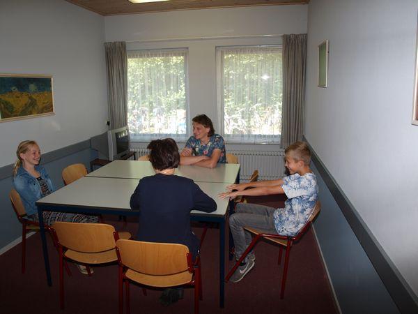 Jennifer en Wiljan met Herna en Gerrit in gesprek