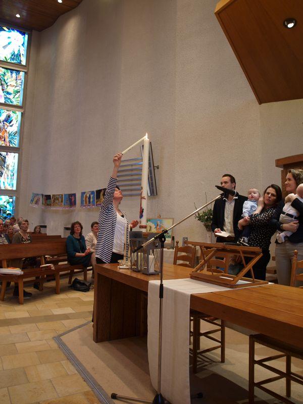 Het aansteken van de doopkaars