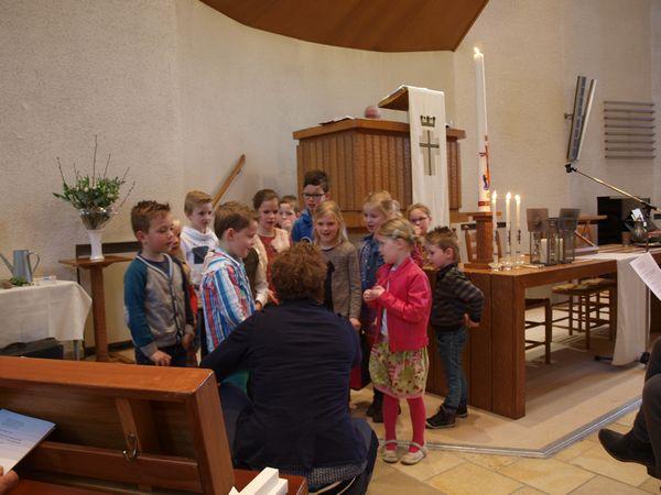Gerla zingt met de kinderen van groep 1-4