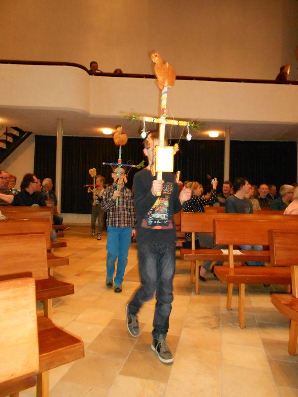 De kinderen komen de kerk binnen
